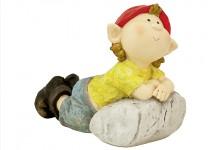 Gartenfigur Kind liegend auf Stein lehnend